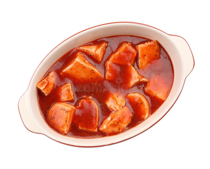 Cacciatore de poulet dans le plat de cuisson d'isolement photographie stock