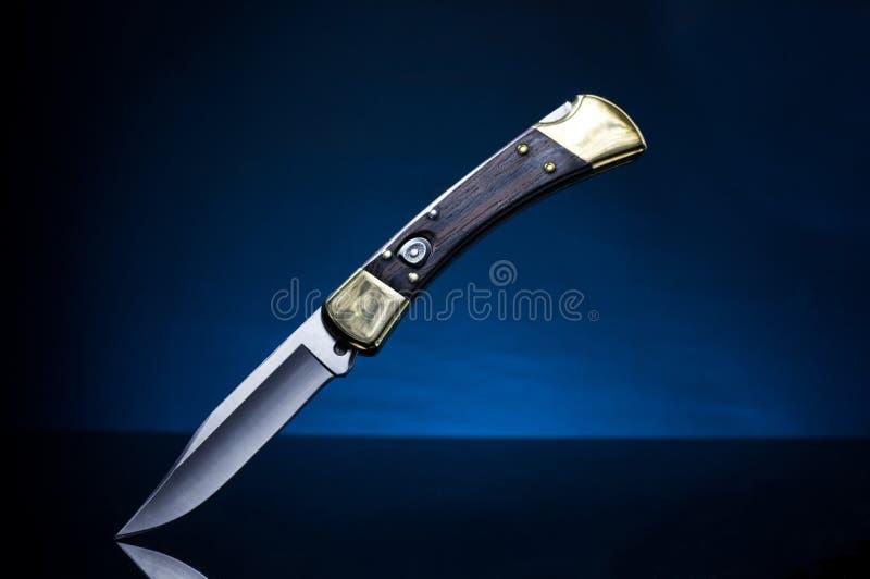 Cacciatore del coltello pieghevole Cacciatore del coltello di tasca Priorità bassa per una scheda dell'invito o una congratulazio fotografie stock