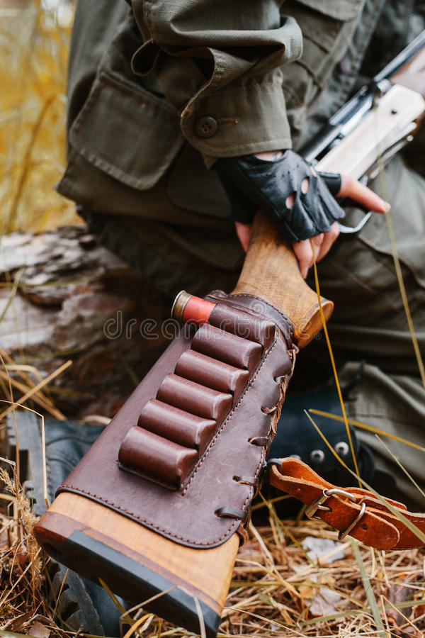 Cacciatore della donna con una pistola Cercando nel legno Concettuale immagine stock