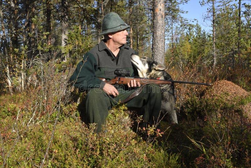 Cacciatore delle alci ed il suo cane fotografie stock libere da diritti
