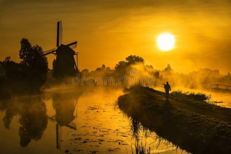 Cacciatore di alba che cammina verso il sole fotografia stock libera da diritti