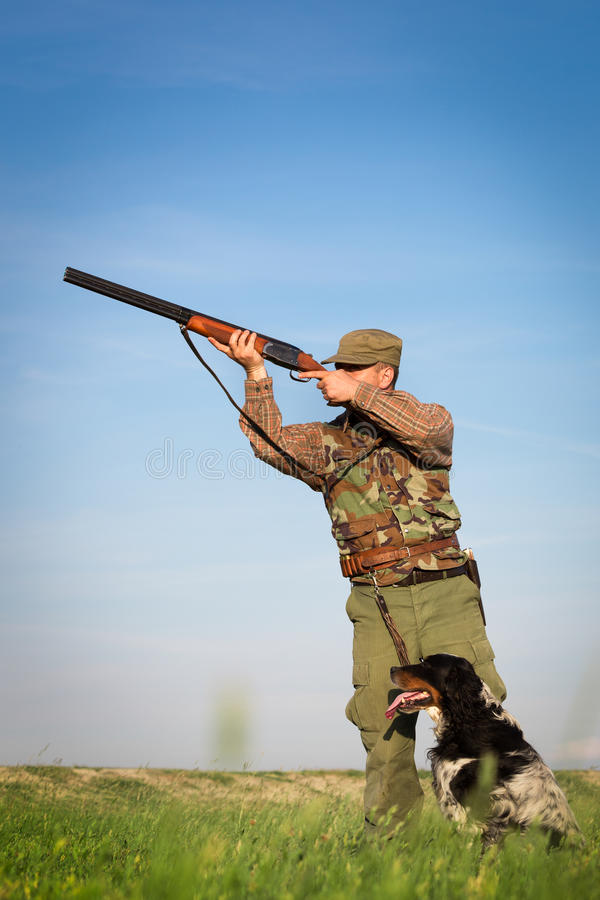 Cacciatore maschio sul campo di caccia fotografia stock libera da diritti