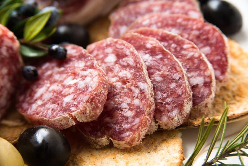 Cacciatore, salame italiano cortado fotos de stock royalty free