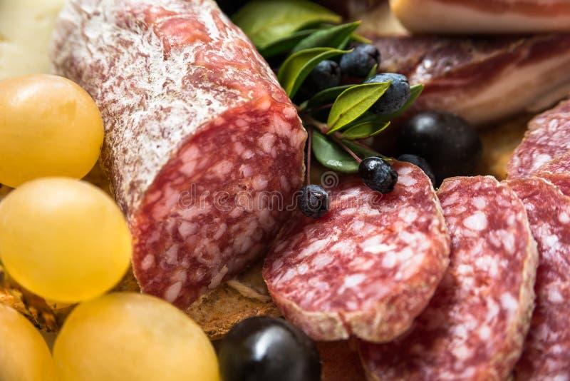 Cacciatore, salame italiano cortado fotos de stock