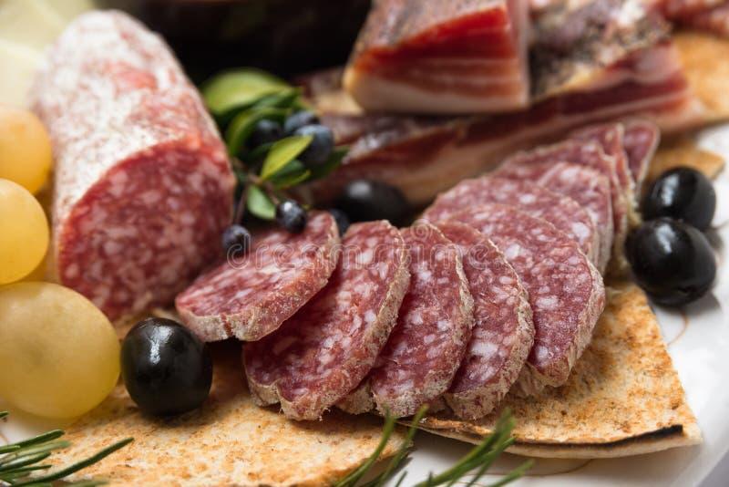Cacciatore, salame italiano cortado foto de stock royalty free