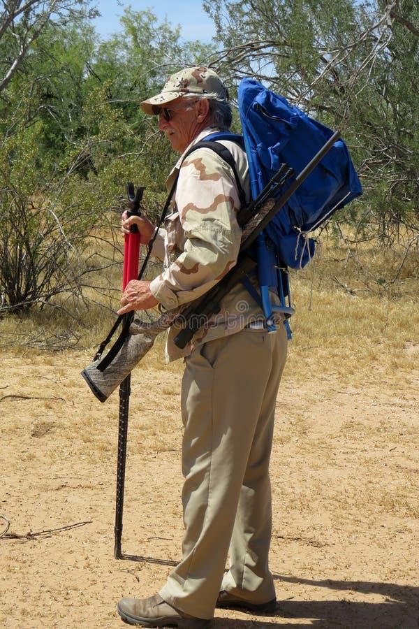 Cacciatore senior in deserto fotografie stock