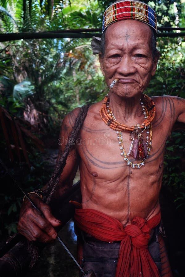 Cacciatore tribale Toikot su un viaggio di caccia per le scimmie in mezzo ad una s immagine stock libera da diritti
