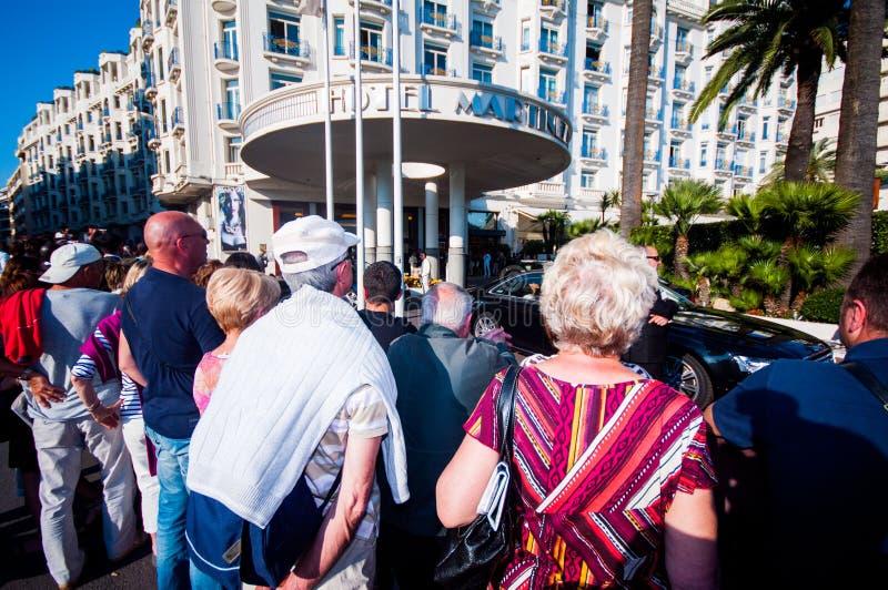 Cacciatori autografi davanti a Martinez Hotel, internazionale fotografia stock libera da diritti