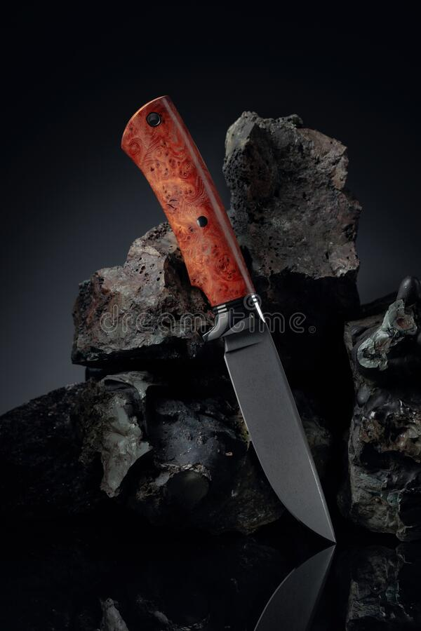 Cacciatori: coltelli fatti a mano e pietre rotte immagini stock libere da diritti