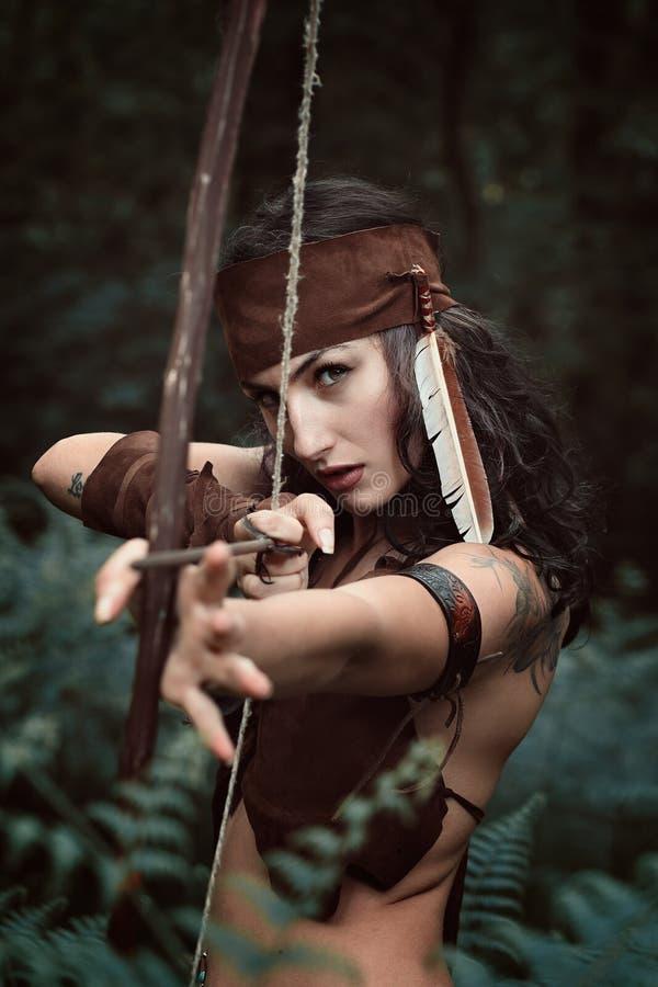 Cacciatrice di Amazon che tende con l'arco fotografia stock libera da diritti