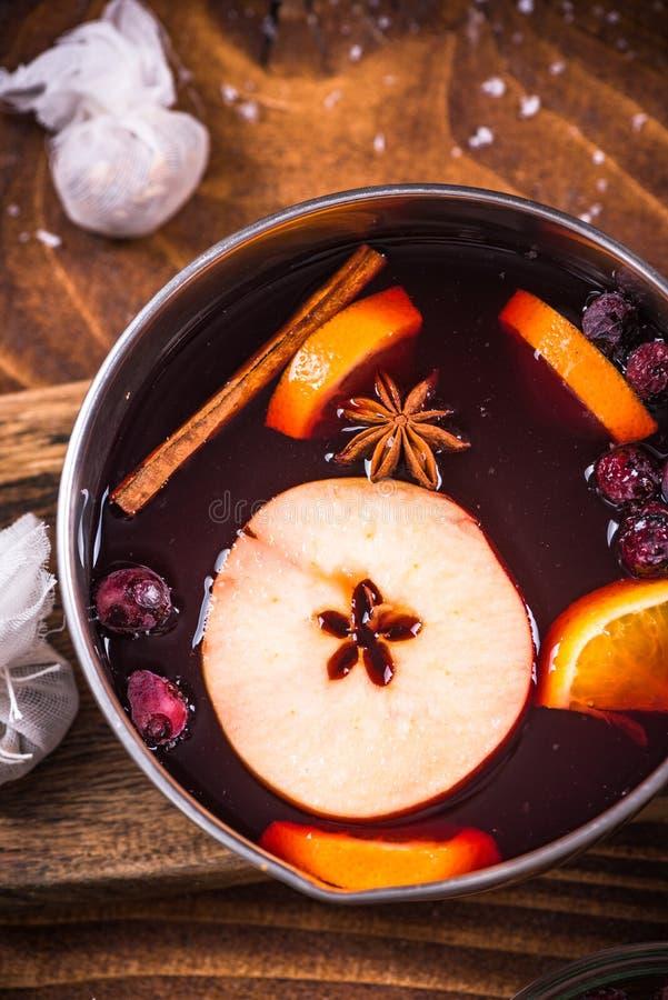 Cacerola con el vino reflexionado sobre caliente, bebidas festivas de la Navidad imágenes de archivo libres de regalías