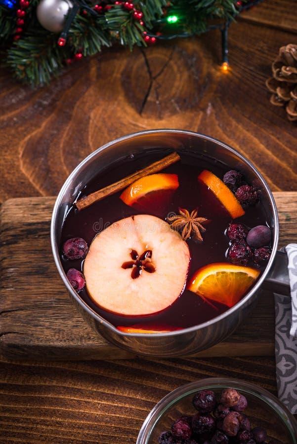 Cacerola con el vino reflexionado sobre caliente, bebidas festivas de la Navidad imagenes de archivo