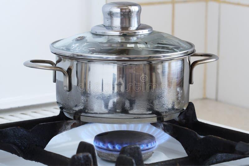 Cacerola en estufa de cocina imagen de archivo libre de regalías