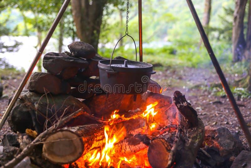 Cacerola en fuego del campo foto de archivo