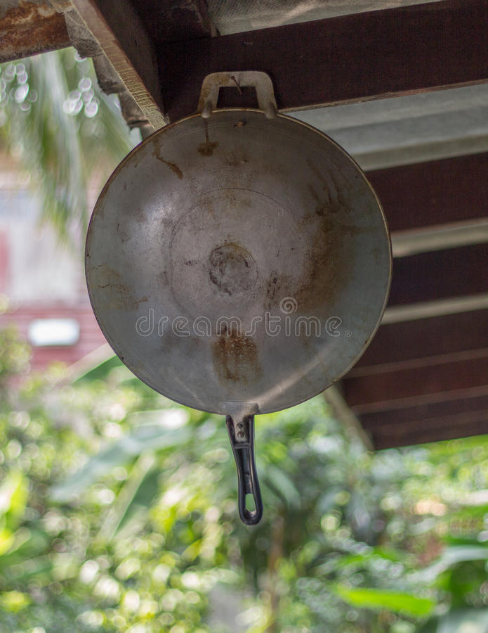 Cacerola vieja colgada en el clavo imagen de archivo