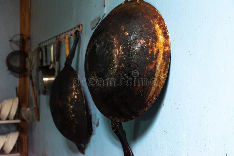 Cacerola vieja en la cocina fotos de archivo libres de regalías