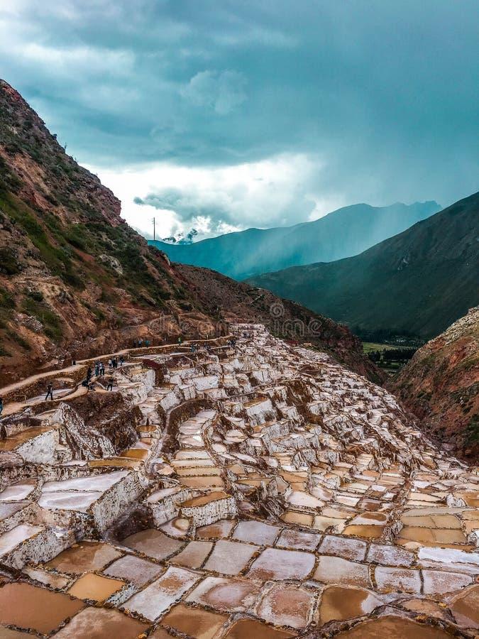 Cacerolas de la sal de Maras, en Perú fotografía de archivo libre de regalías
