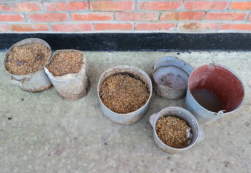 Cacerolas sucias hervidas del maíz Las aves de corral alimentan Trigo cocinado en el pote viejo fotografía de archivo libre de regalías