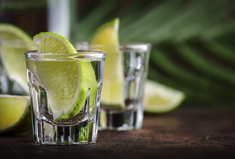 Cachaca - Bebida alcoólica brasileira forte de açúcar de cana, vodka de cal, fundo de madeira de vintage, foco seletivo fotos de stock royalty free