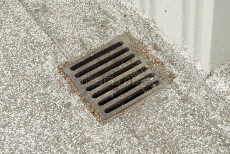 Cache rouillé de drain de fer photo libre de droits