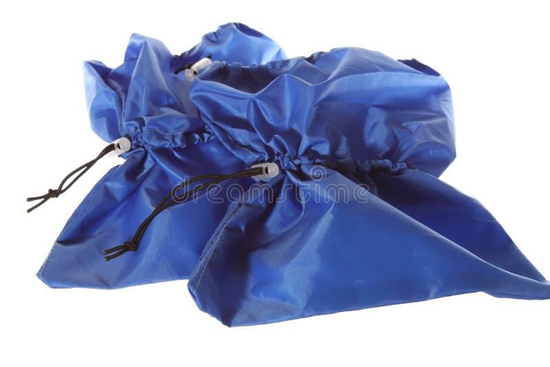 Caches bleus d'isolement de chaussure sur le fond blanc photographie stock