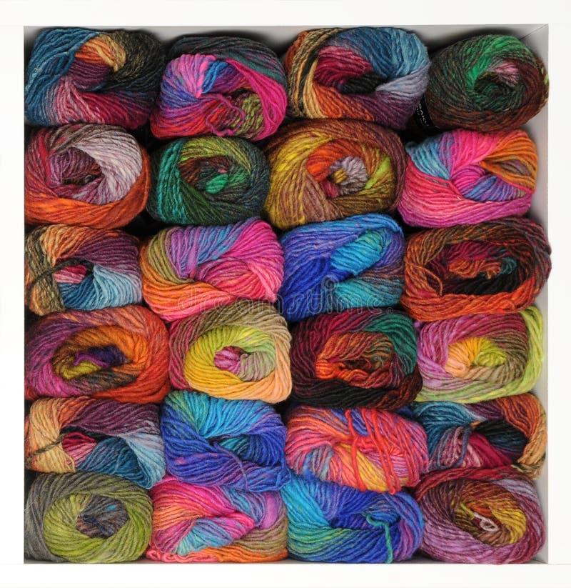Cachette de fil à tricoter coloré image stock