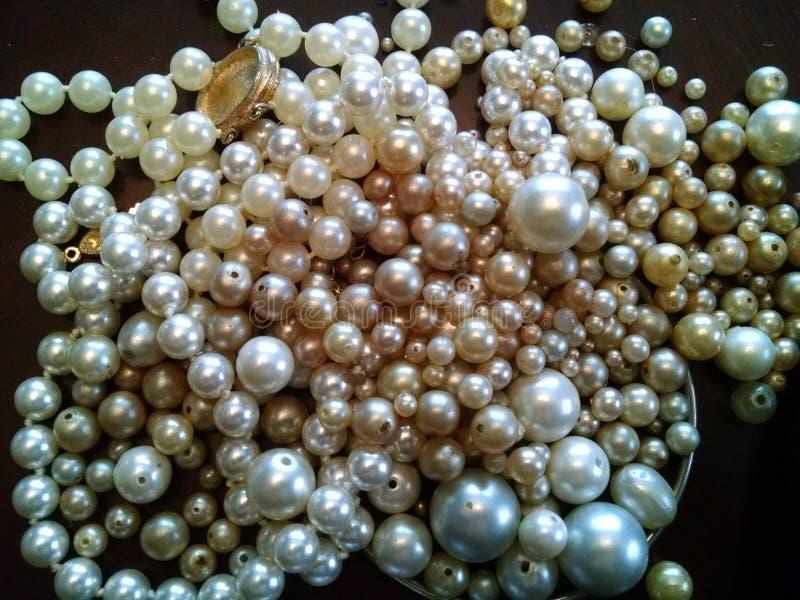 Cachette des perles perlées et des bijoux empilés dans une pile images stock