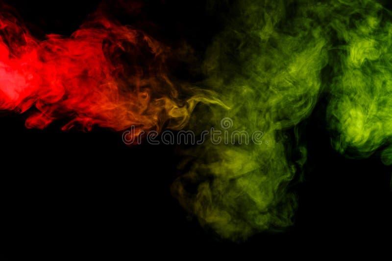 Cachimbo de água vermelho e verde abstrato do fumo em um fundo preto fotografia de stock royalty free
