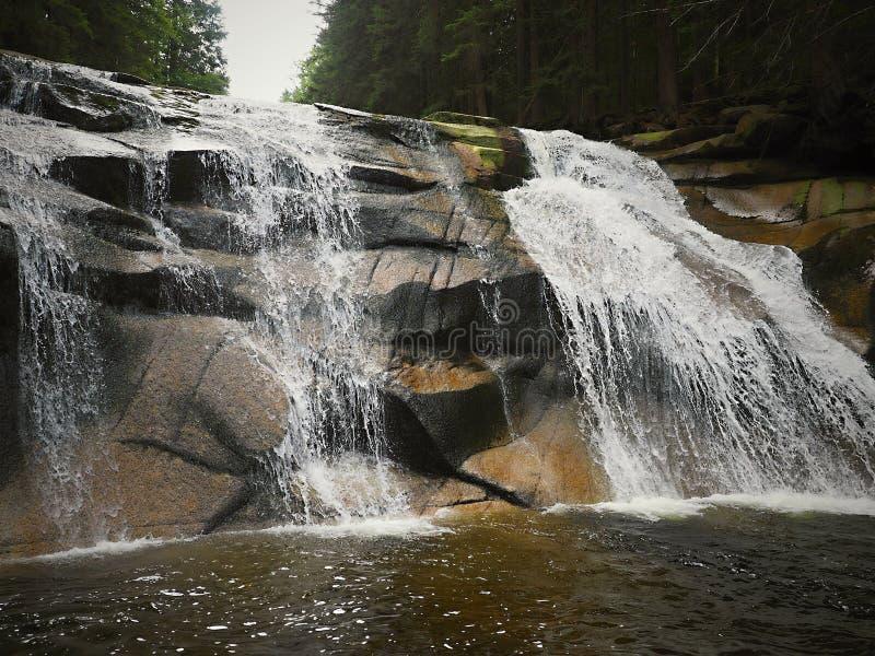 A cachoeira é formada por fases verticais ou subvertical na cama de rio, através de que o canal cai imagem de stock