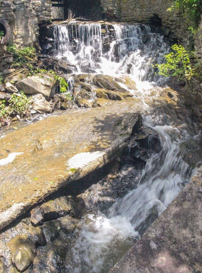Cachoeira abaixo da represa em Annie Cannon Memorial Park imagem de stock royalty free
