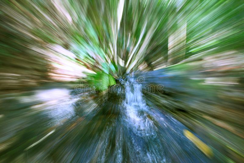 Cachoeira abstrata borrada Forest Green Movement Background da natureza imagens de stock