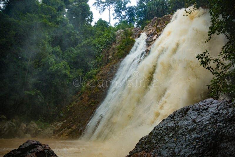 Cachoeira afluente na estação da chuva na ilha Koh Samui, Tailândia foto de stock