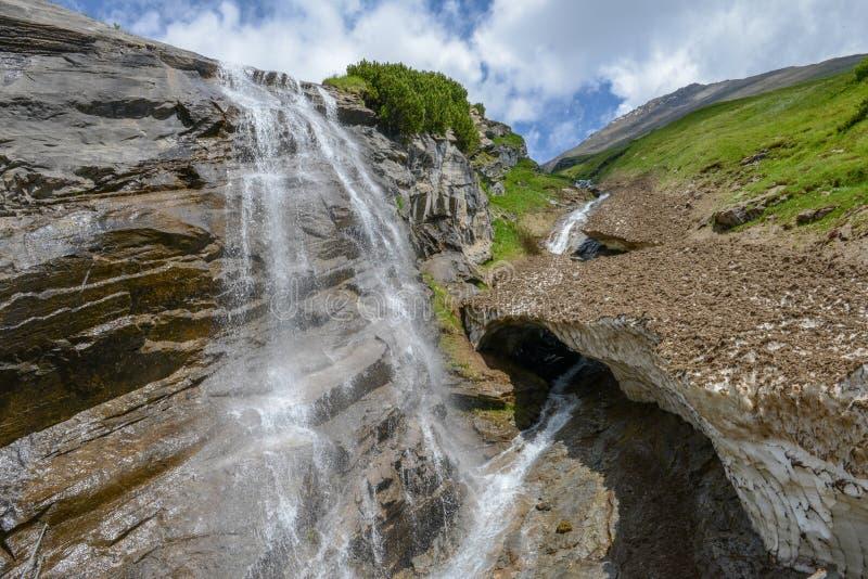 Cachoeira alpina pitoresca, estrada alpina alta de Grossglockner dentro fotografia de stock royalty free