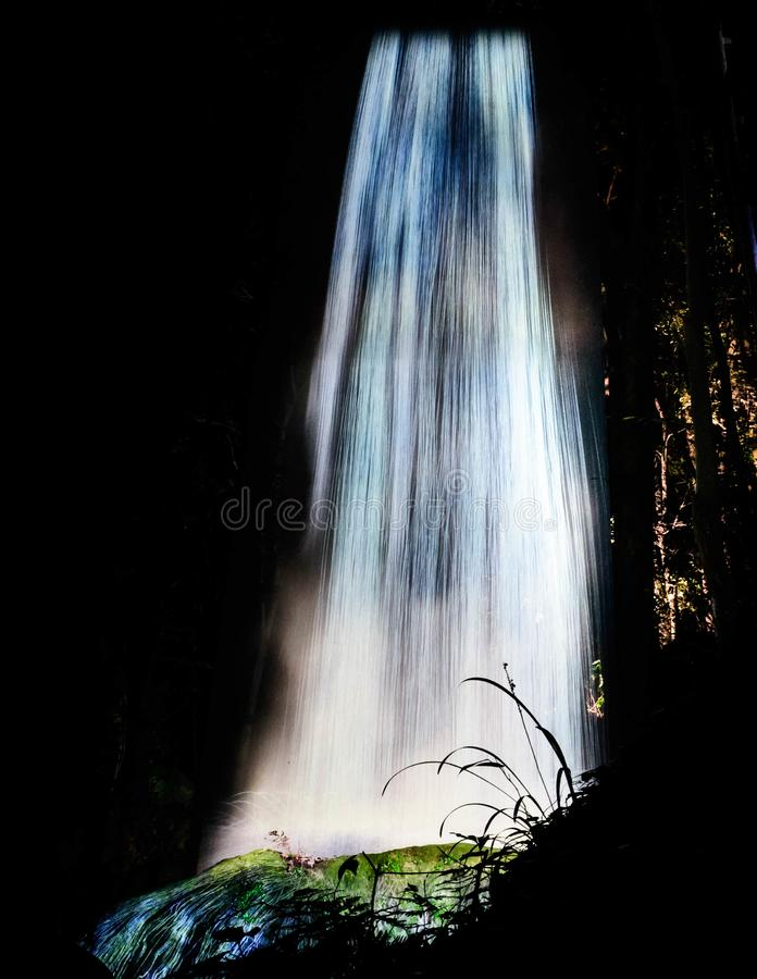 Cachoeira artificial na noite no jardim de Mifuneyama Rakuen na saga, Japão imagem de stock royalty free