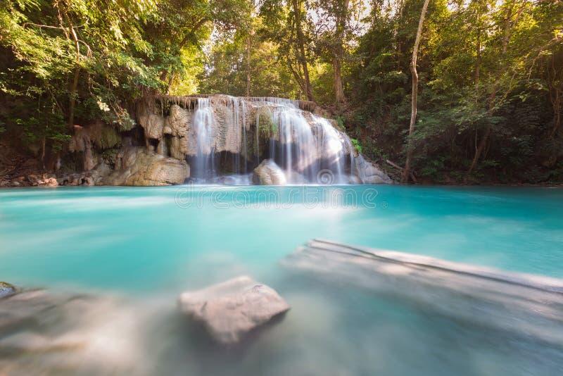 Cachoeira azul do córrego da floresta profunda bonita fotos de stock royalty free