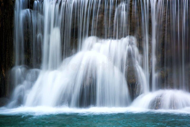 Cachoeira bonita com água lisa de seda fotos de stock