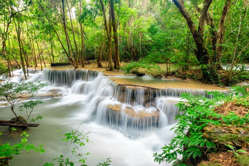 Cachoeira bonita de Huay Mae Khamin na floresta úmida tropical no Sênior foto de stock