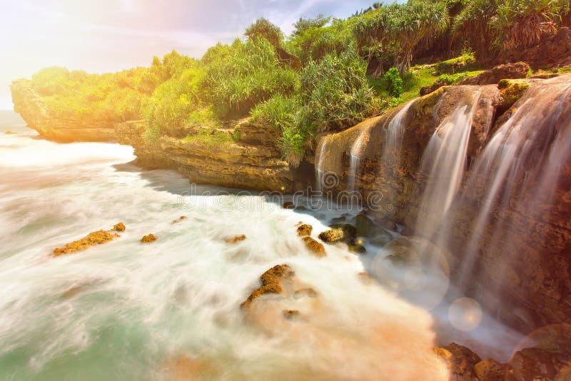 Cachoeira bonita de Jogan que cai ao oceano fotos de stock royalty free