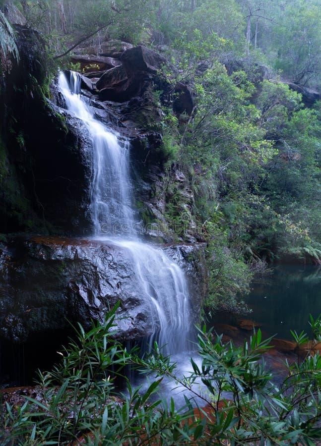 Cachoeira bonita do bushland em montanhas azuis fotografia de stock royalty free