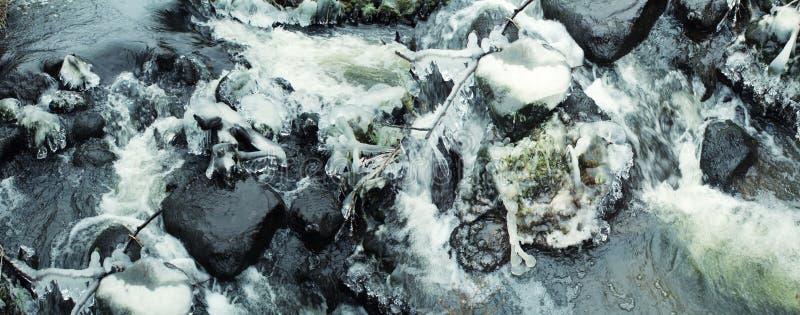 Cachoeira bonita do inverno Sincelos brilhantes imagens de stock