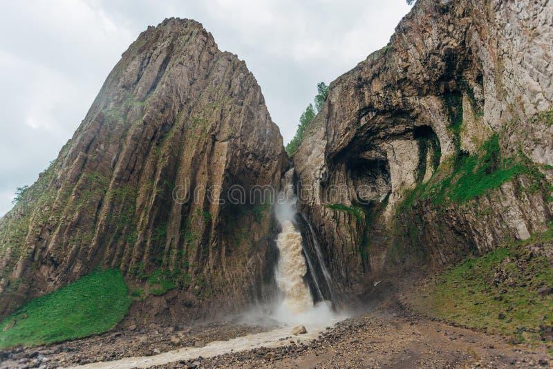 Cachoeira bonita e poderosa no vale Gili-SU em Cáucaso fotografia de stock royalty free