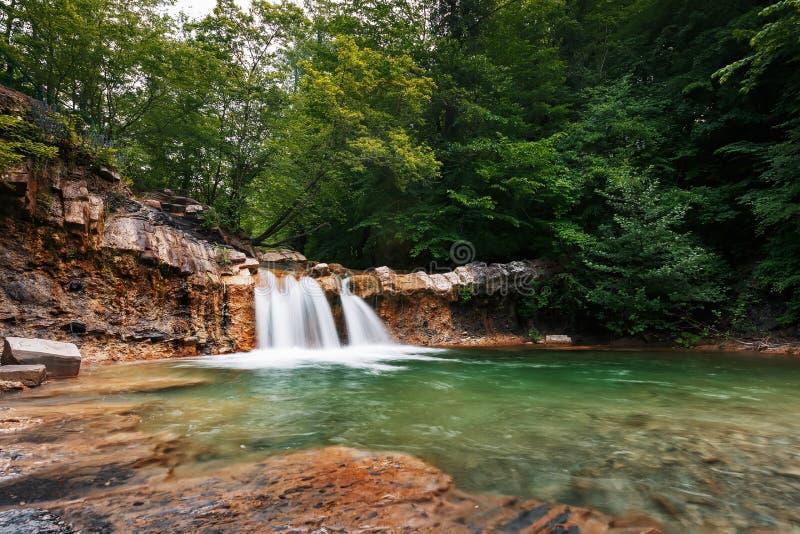 Cachoeira bonita mesma da mola no vale do rio Jean na floresta fotos de stock royalty free