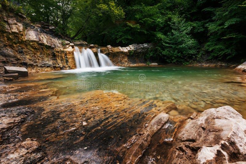 Cachoeira bonita mesma da mola no vale do rio Jean na floresta fotografia de stock royalty free