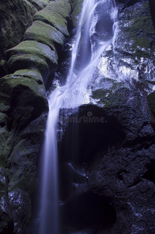 Cachoeira bonita na cidade da rocha de Adrspach do mounain foto de stock royalty free