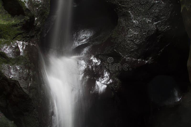 Cachoeira bonita na cidade da rocha de Adrspach do mounain fotos de stock royalty free