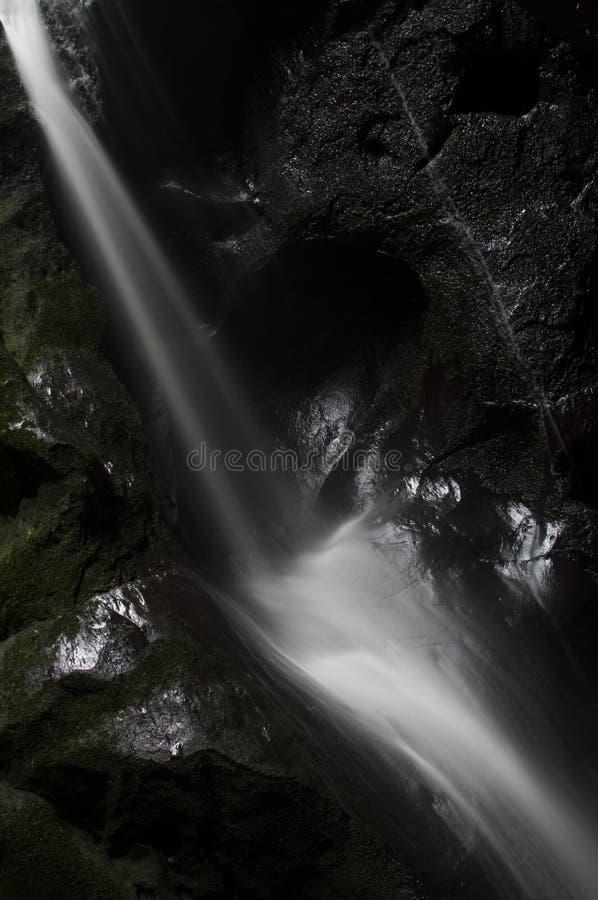 Cachoeira bonita na cidade da rocha de Adrspach do mounain foto de stock