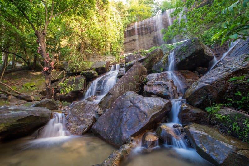 Cachoeira bonita na floresta tropical em Soo Da Cave Roi e em Thailan imagens de stock royalty free