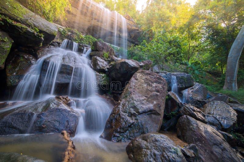 Cachoeira bonita na floresta tropical em Soo Da Cave Roi e em Thailan fotos de stock royalty free