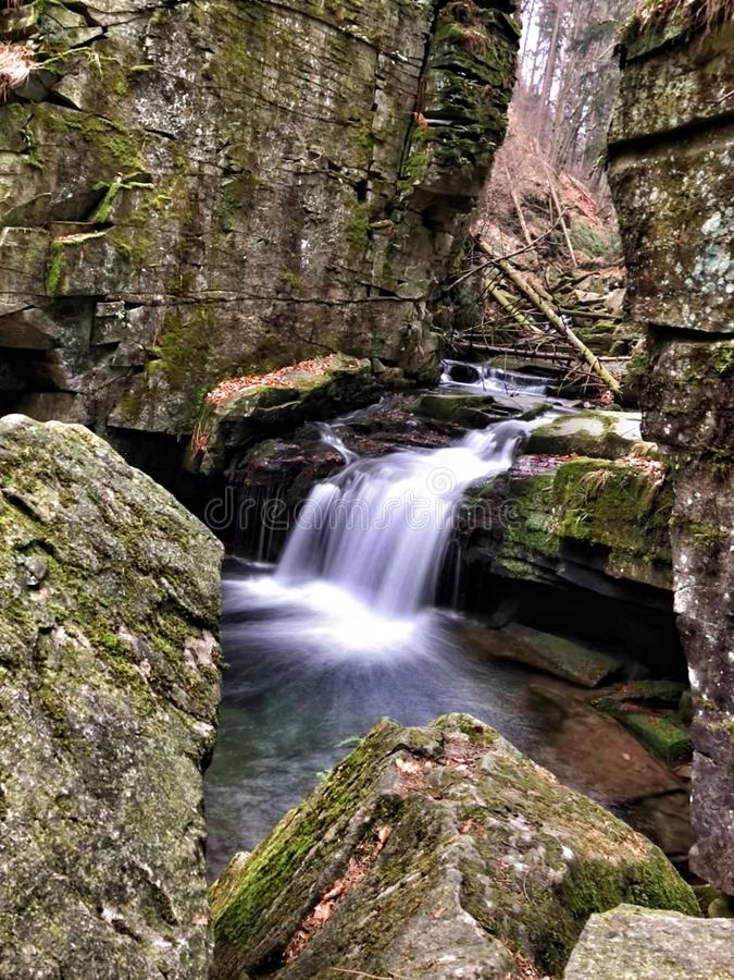 cachoeira bonita na montanha da rocha foto de stock royalty free