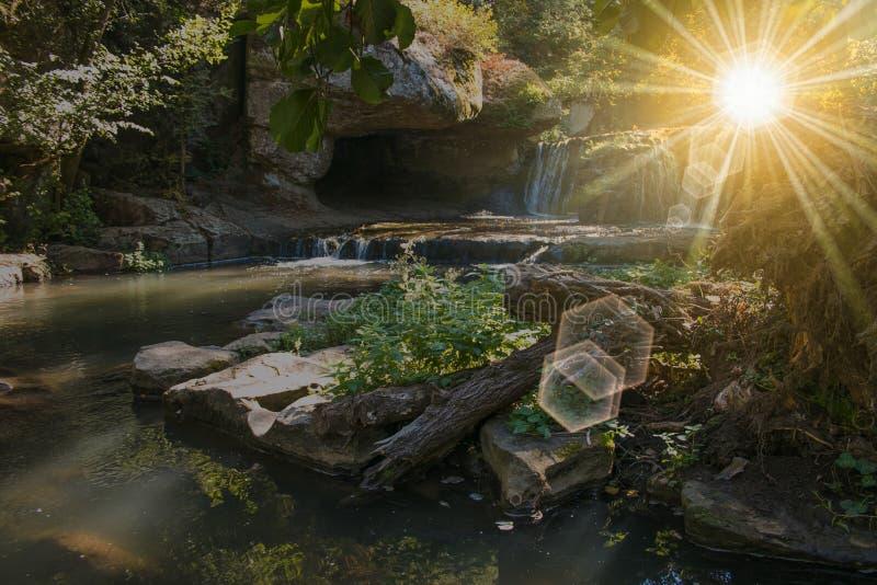 Cachoeira bonita no por do sol imagens de stock